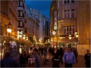 Ook 's avonds is Váci utca erg sfeervol